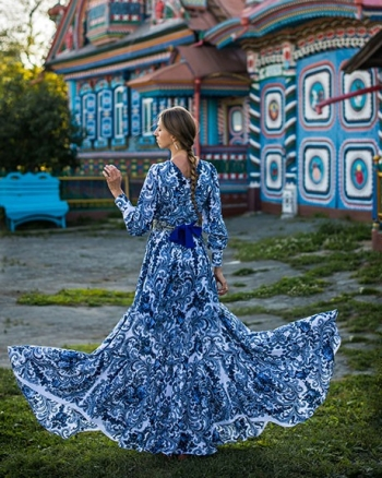 Девушка в платье Гжель с синими узорами