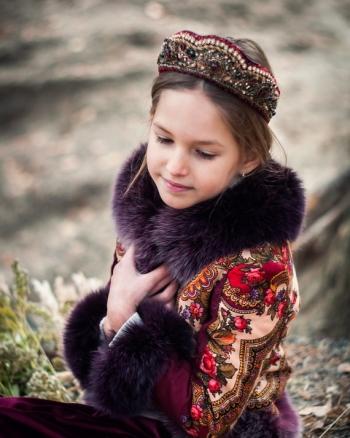 Девочка в ободке диадеме