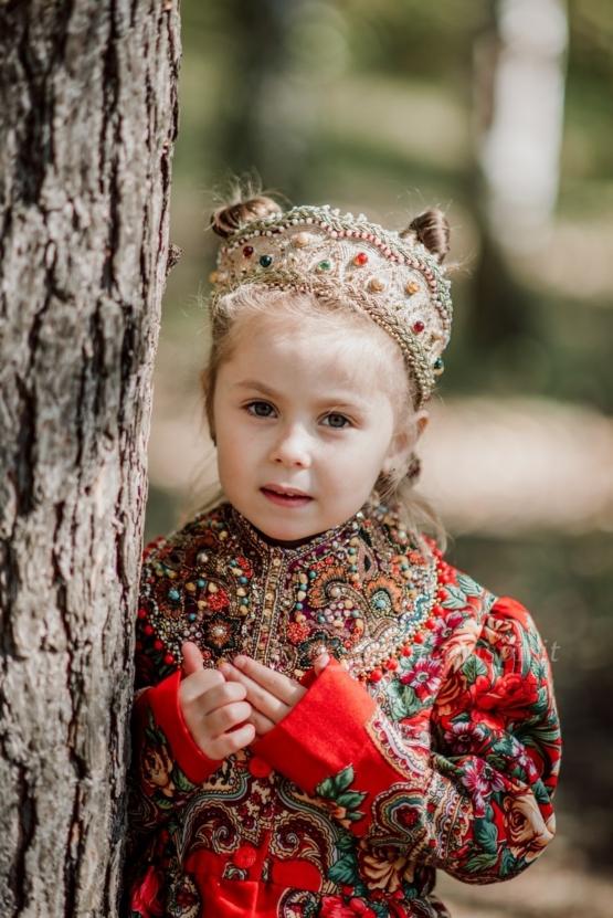 Девочка в диадеме коруне у дерева