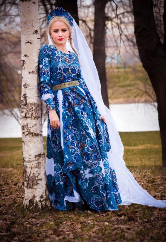 Девушка в платье с синими узорами
