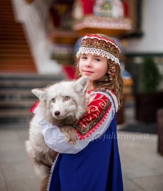 Девочка в очелье с лисенком