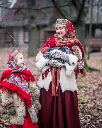 Девшка с русским народным косником