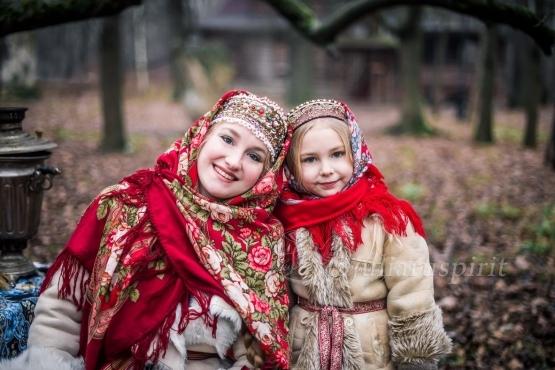 моедли в костюмах в русском стиле