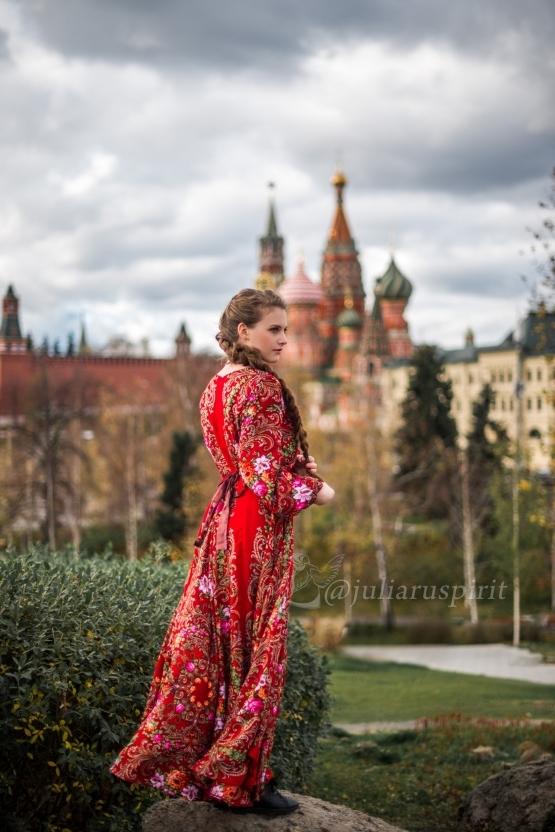 Девушка в красном платье в русском стиле из платков в Зарядье
