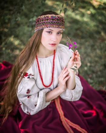 Девушка в повязке диадеме из драгоценных камней