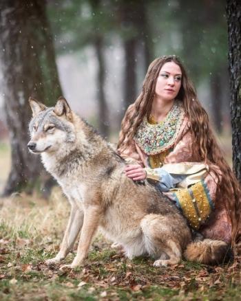Девушка с волком в лесу в оплечье и в платье в русском стиле
