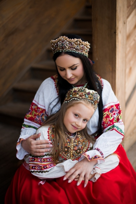 Мама с дочкой в националных русских костюмах в диадемах корунах