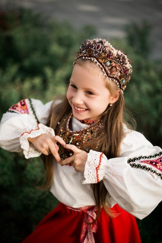 Девочку в диадеме коруне