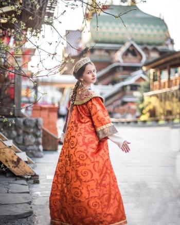 Девушка в платье в русском стиле с оплечьем и в ободке