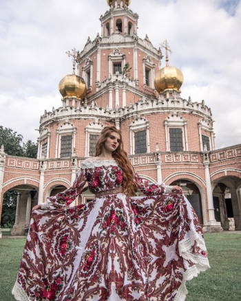 Девушка в платье с узорами